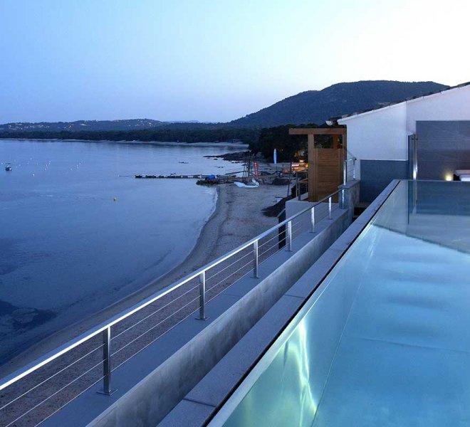 piscine sur le toit hôtel Le Pinarello en Corse