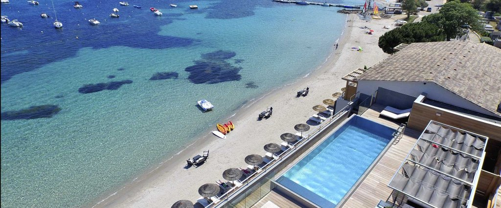 vue aérienne piscine sur le toit hôtel le pinarello à Porto-Vecchio en Corse