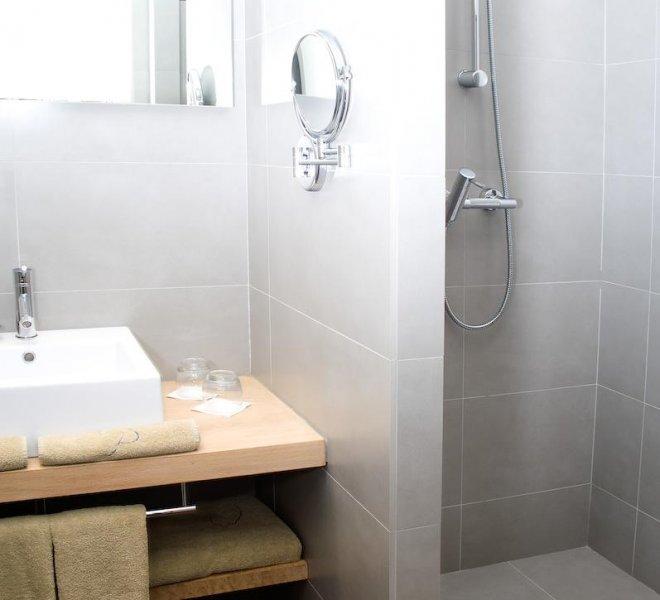 Espace salle de bain avec douche hôtel le pinarello à Porto-Vecchio en Corse
