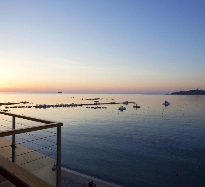 Vue mer terrasse sur la baie de Pinarellu en Corse