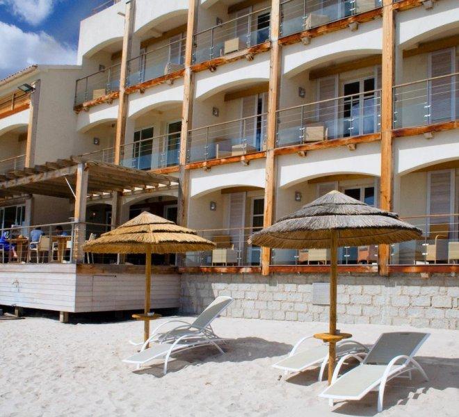 Transats de la plage de l'hôtel à Porto-Vecchio en Corse