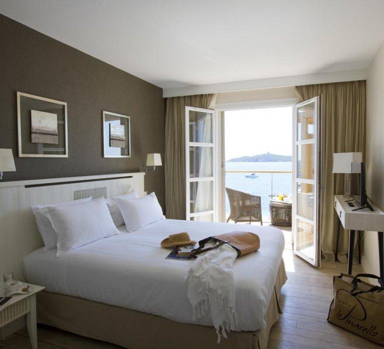 Lit chambre standard vue mer hôtel le pinarello à Porto-Vecchio en Corse