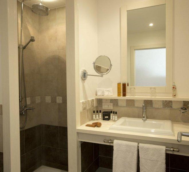 Salle de bain chambre standard hôtel le pinarello à Porto-Vecchio en Corse