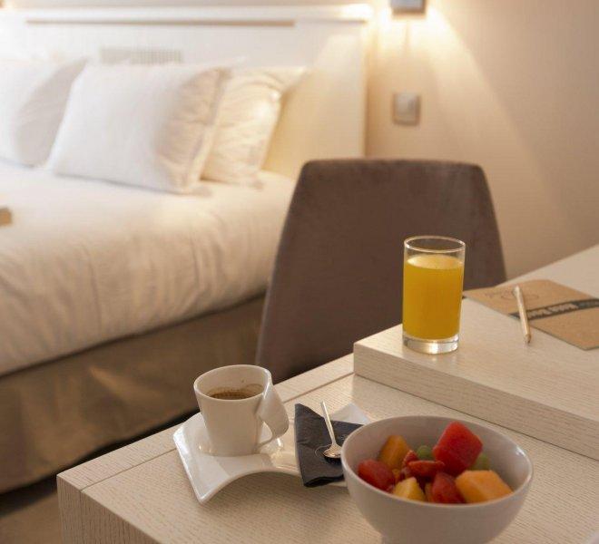 chambres-supérieures-luxe-hôtel-spa-luxe-le-pinarello-corse-du-sud-romm-service