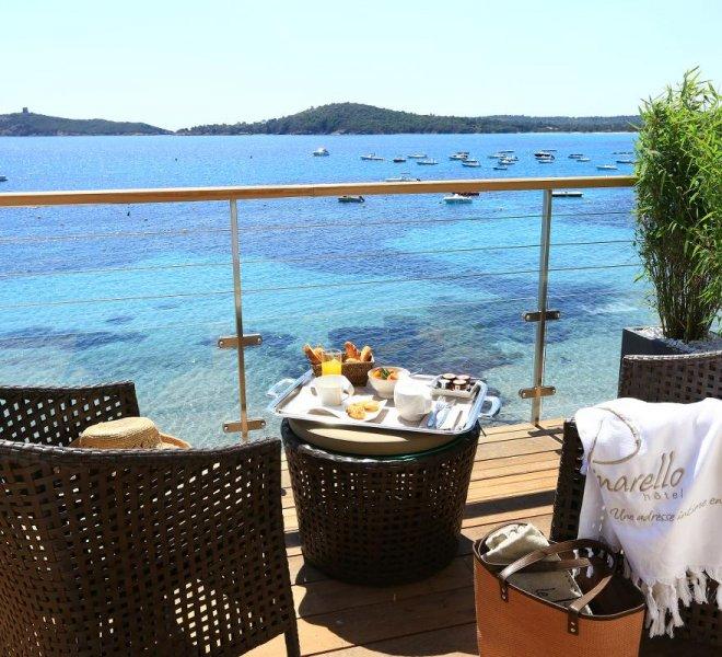 suites-hotel-spa-luxe-le-pinarello-corse-du-sud-terrasse-vue-mer-room-service