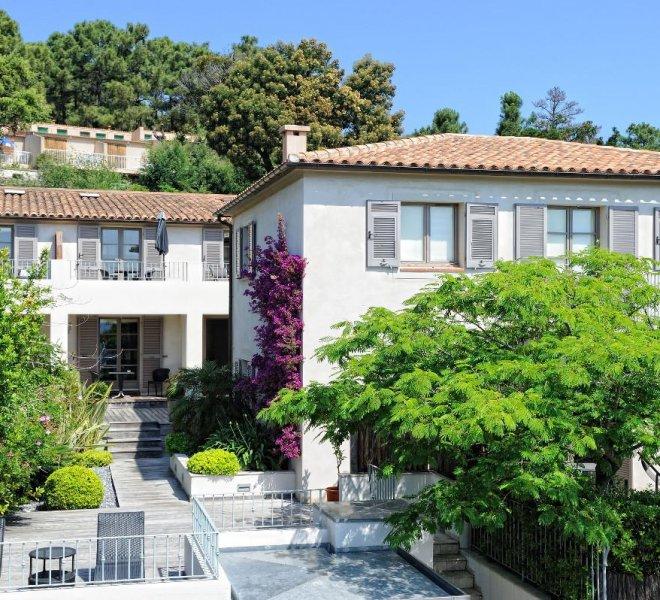 Entrée résidence hôtel 4 étoiles Le Pinarello en Corse