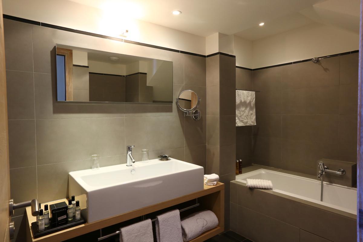 Salle de bain suite duplex Benedettu hôtel spa Le Pinarello en Corse