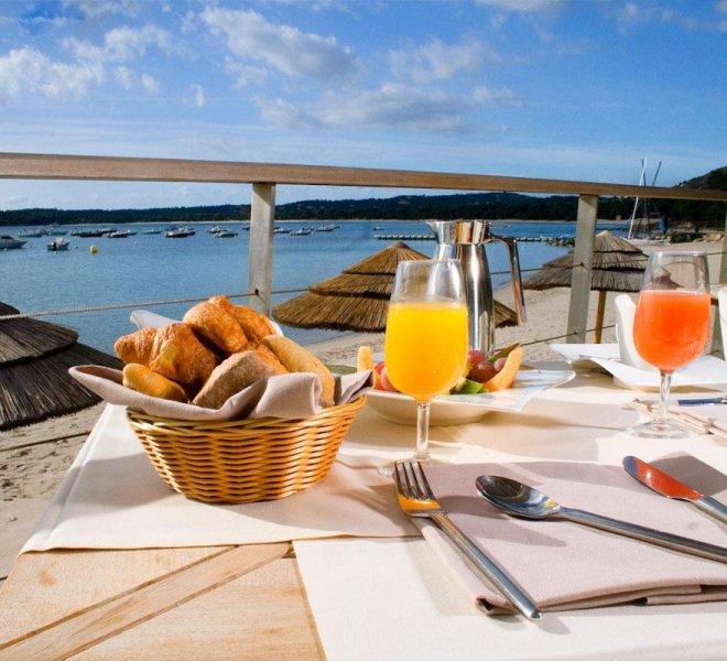 petit déjeuner sur la plage au Pinarello en Corse du sud