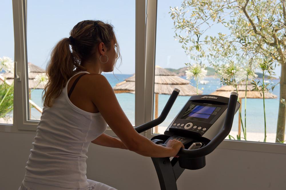 Salle de fitness face à la mer